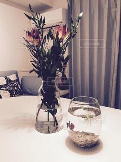 テーブルの上の花瓶の写真・画像素材[986676]