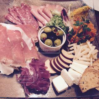 ハムとチーズの盛り合わせの写真・画像素材[988101]