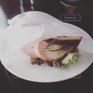 白いプレートにサンドイッチの写真・画像素材[988130]