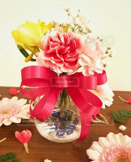 テーブルの上に花瓶の花の花束の写真・画像素材[1023925]
