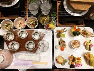 日本酒の利き酒と料亭のような料理の写真・画像素材[2962546]