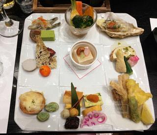 テーブルの上の皿の上にたくさんの食べ物の写真・画像素材[2962545]