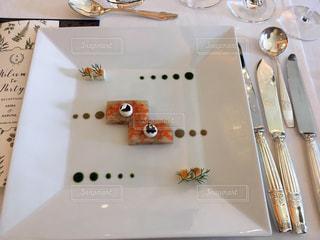 テーブルの上に白い皿の写真・画像素材[2963818]