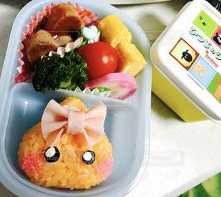 食品のさまざまな種類の入ったプラスチック容器 - No.991443