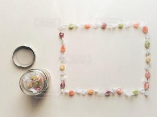 テーブルの上に並べたキャンディーと、ビンの写真・画像素材[998798]