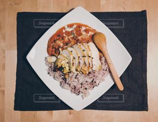 木製テーブルの上の食品のプレート チキンカレーの写真・画像素材[1231303]