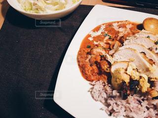 テーブルの上に食べ物のプレート チキンカレー - No.1231305