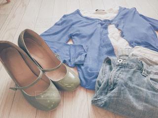 緑のハイヒールパンプスと薄めの色のジーンズと青いカーディガンの写真・画像素材[1499250]