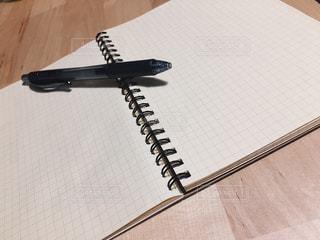 机の上のノートとポールペンの写真・画像素材[1652955]