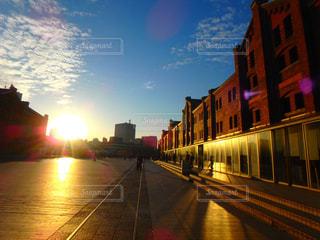 赤レンガ倉庫の夕日の写真・画像素材[989010]