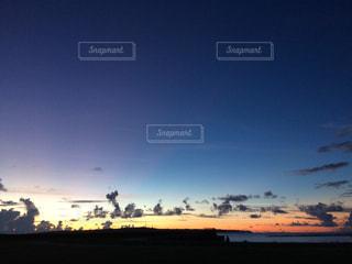 街に沈む夕日の写真・画像素材[1001456]