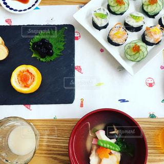 テーブルの上に食べ物のプレートの写真・画像素材[988208]