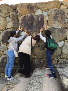 ハートの岩をみんなでヨイショ!の写真・画像素材[2721054]