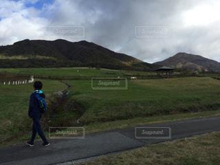 秋の高原を散歩する少年の写真・画像素材[2728546]