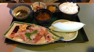 テーブルの上に食べ物のプレートの写真・画像素材[1018793]
