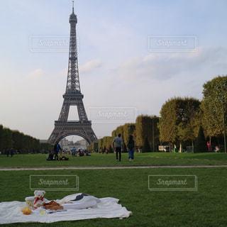 エッフェル塔とピクニックの写真・画像素材[1202582]