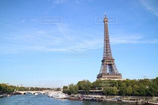 水の体の横にある大規模なタワーの写真・画像素材[1202589]