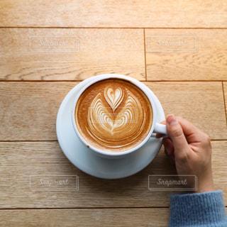 木製テーブルの上のコーヒー カップの写真・画像素材[1870560]