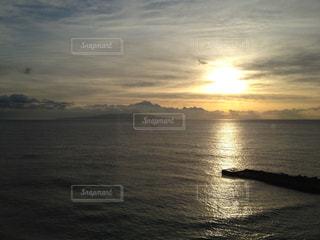 水の体に沈む夕日の写真・画像素材[989389]