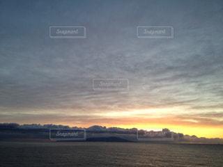 水の体に沈む夕日の写真・画像素材[989390]