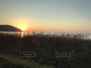 海に沈む夕日の写真・画像素材[989436]