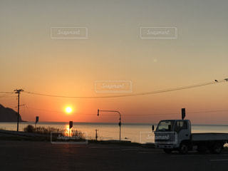 海に沈む夕日の写真・画像素材[989439]