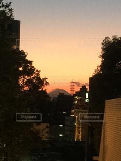 夕暮れ時の都市の景色の写真・画像素材[989528]