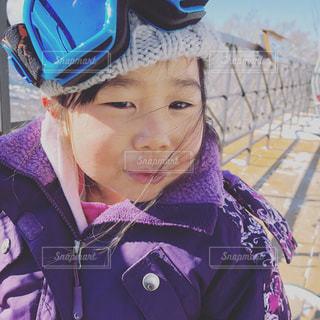 紫の帽子をかぶっている人 - No.989001