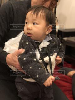 若い男の子と赤ん坊を保持 - No.989108