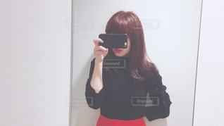 カメラにポーズ鏡の前に立っている女性 - No.990526