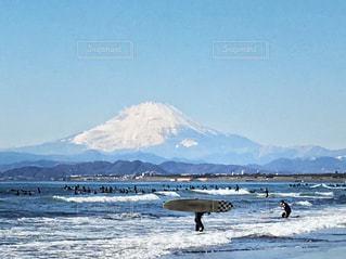 サーファー🏄🏻♂️と富士山🗻の写真・画像素材[990843]