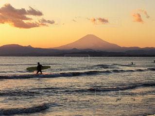 富士山🗻とサンセットサーファー🏄🏻♂️の写真・画像素材[990846]