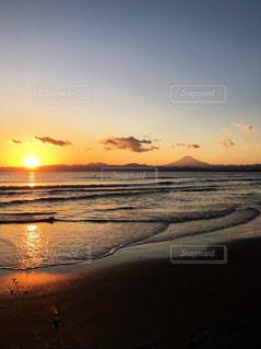 ビーチに沈む夕日🌅と富士山🗻の写真・画像素材[990847]