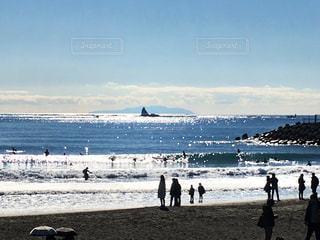 烏帽子岩とサーファーの写真・画像素材[992057]