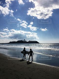 サーファーと江ノ島の写真・画像素材[992376]