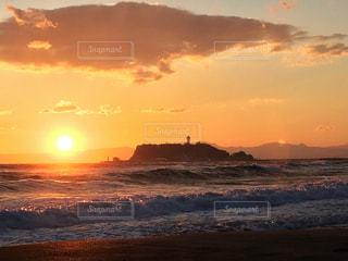 ビーチに沈む夕日の写真・画像素材[993374]