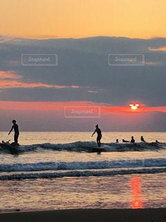 Sunset surfers🏄♀️🏄🏻♂️と隠れmickey🐭の写真・画像素材[994436]