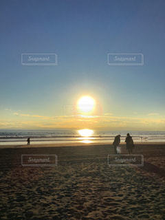 夕暮れ時の海岸を散歩の写真・画像素材[998947]