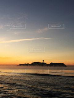 朝靄と江ノ島の写真・画像素材[998948]