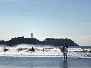 江ノ島とサーファーの写真・画像素材[1062225]