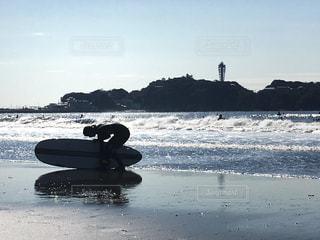 海から上がってくるサーファーガールの写真・画像素材[1062229]