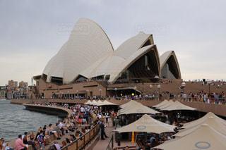 オペラハウスと人々の写真・画像素材[989591]