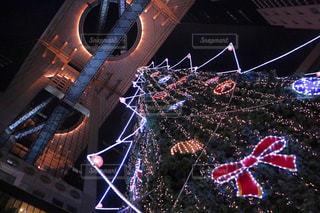 クリスマスツリーとおしゃれなビルの写真・画像素材[993669]