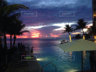 グアム ホテルプールからの夕焼けの写真・画像素材[989637]