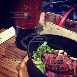 テーブルの上に座って食品のボウルの写真・画像素材[706472]