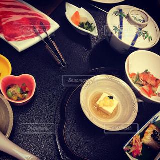 テーブルの上に食べ物のプレート - No.706476