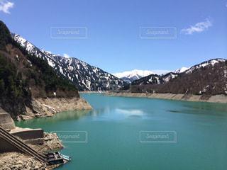 背景の山と水体の写真・画像素材[989702]