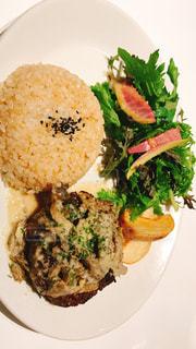 肉と野菜をトッピング白プレートの写真・画像素材[991912]