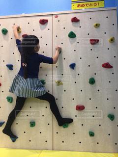 壁を登る少女の写真・画像素材[990277]