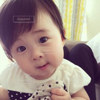 近くにカメラを見て赤ちゃんのアップの写真・画像素材[1120496]